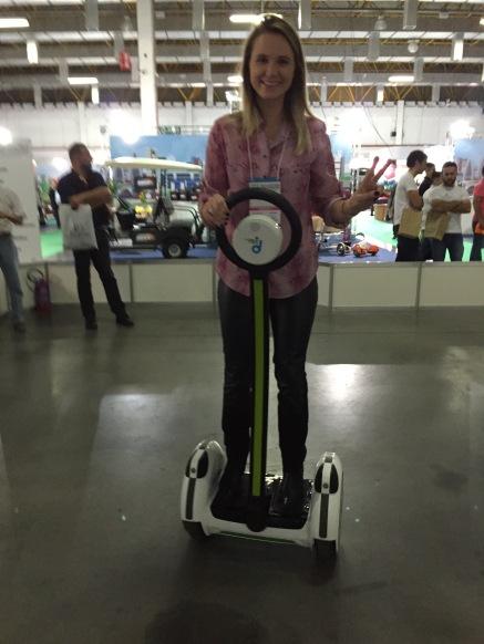 Minha colega Ana se divertindo com o diciclo..
