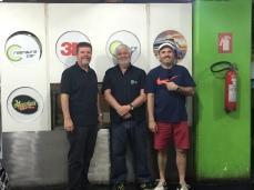 Rogério, Bonfá e eu. Limpeza ecológica combina com carro elétrico.