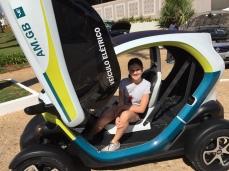 Renault Twizy. Como esse carrinho faz sucesso com as crianças. Inclusive as que têm mais de 20 anos.
