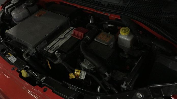 Sob o capô do 500e, muita eletrônica com o controlador da bateria e outros componentes. O motor fica mais abaixo.