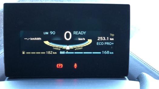 """E o recorde de autonomia no """"adivinhômetro"""" do carro foi 168km em modo ECO PRO+"""